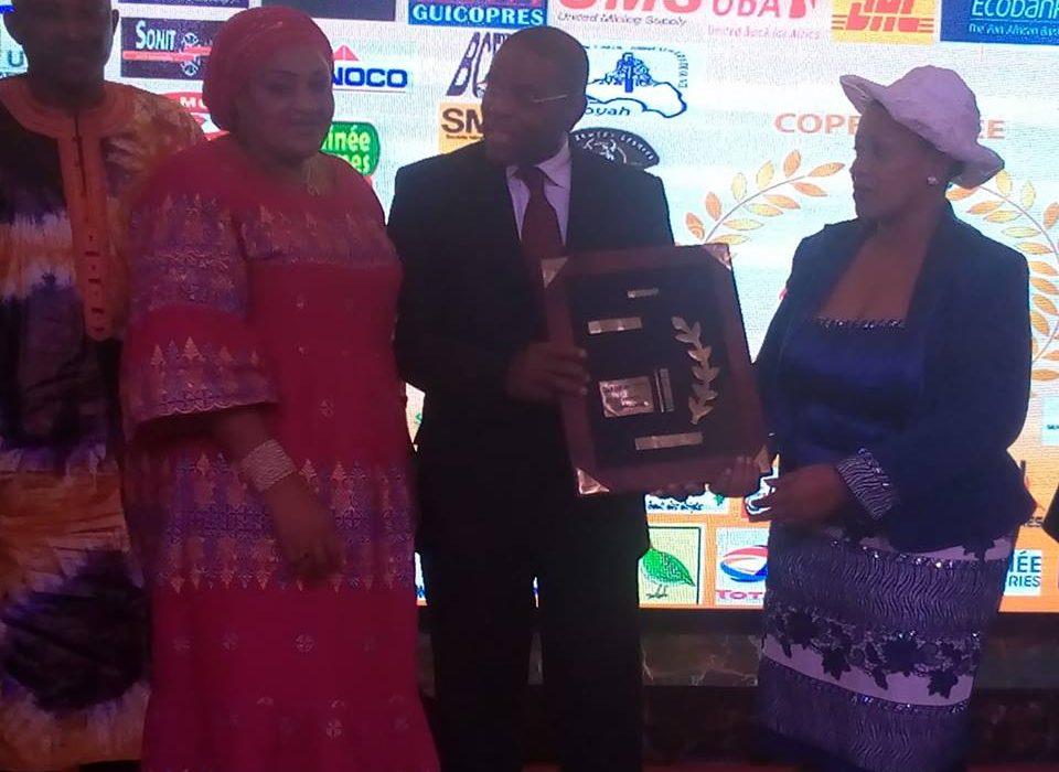 Conakry : Le président du CNP-Guinée et PDG de la SONAG, reçoit le prix de champion National  de l'économie Guinéenne