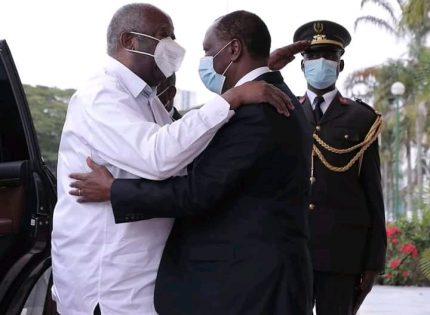 En Côte d'Ivoire, accolade entre les anciens rivaux Gbagbo et Ouattara